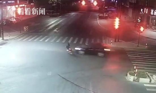 电动车闯红灯被撞飞 轿车失控撞红绿灯车主身亡