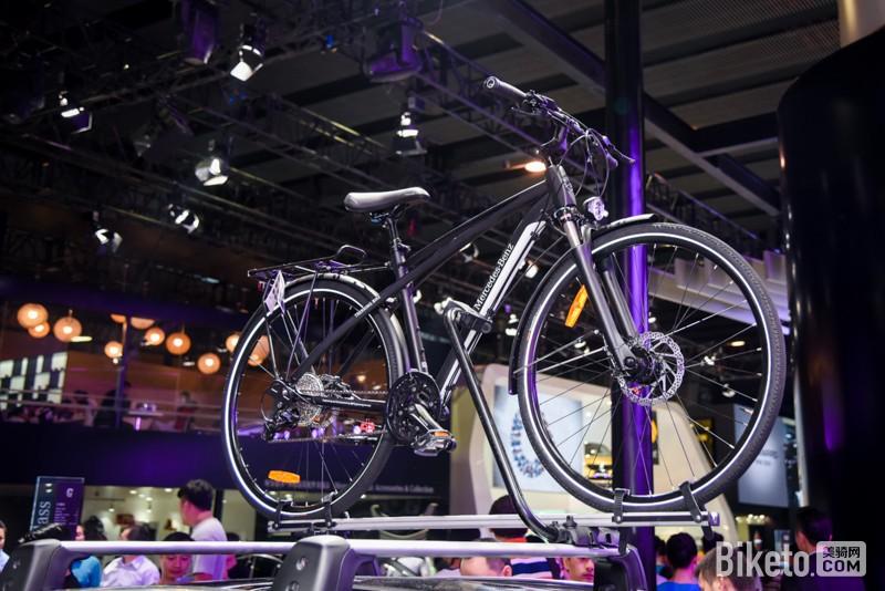 奔驰展出的自行车是旅行+通勤车款.奔驰自行车是由法国LOOK代工