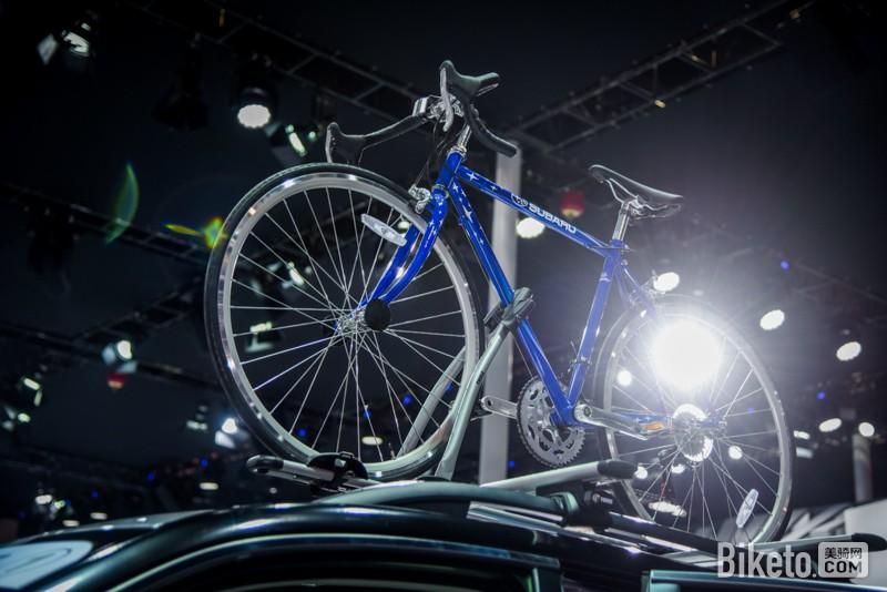 标志的定制蓝色自行车.这辆车是1974年创立的美国单车品牌——S图片