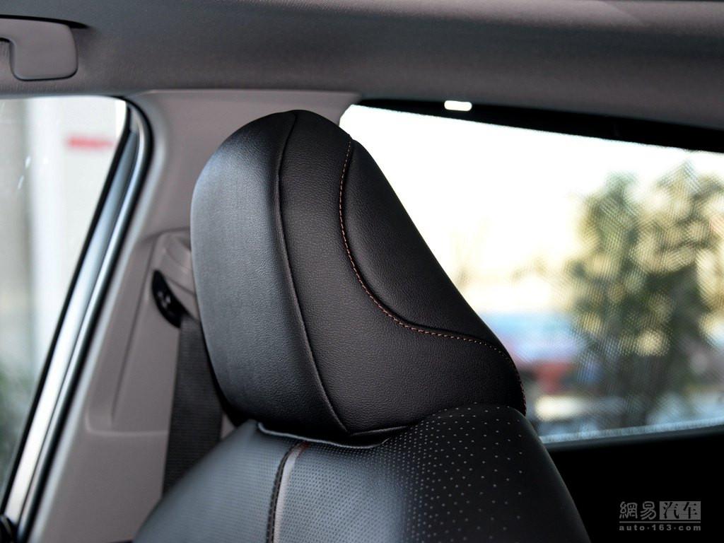 丰田全新凯美瑞 2018款 双擎 2.5hq 旗舰版--前排座椅头枕