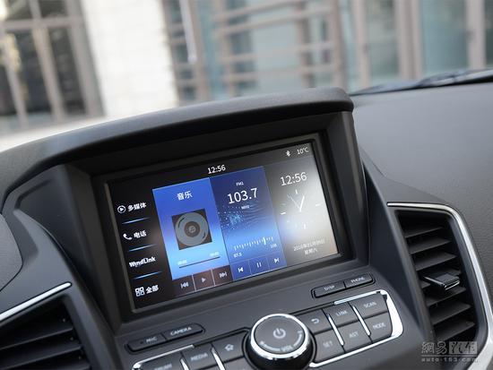 【背景大揭秘】 2014年北京车展时,内部代号G29的东风风神紧凑级SUV车型AX7正式首发,随后在同年广州车展前夕上市,前期搭载2.0L和2.3L自然吸气发动机,随后在2016年年度改款时增加1.4T动力,配备WindLink车载智能互联系统,今日外观焕然一新的大改款车型在苏州正式上市。  2016款东风风神AX7 【外观大升级】   前进气格栅尺寸有所增大,中网内部的三横幅式镀铬条相比现款更加粗壮,两侧前大灯组内部结构进行调整; 前保险杠造型进行了重新设计,与雾灯组融为一体,更多的采用镀铬装饰,