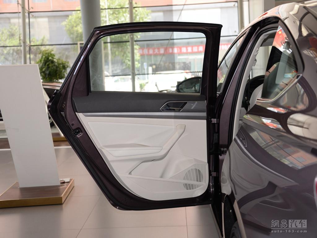 大众朗逸 2018款 1.5l自动舒适版--后车门内饰整体