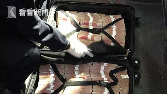 皮卡车急转弯 竟甩飞装有190万现金的行李箱