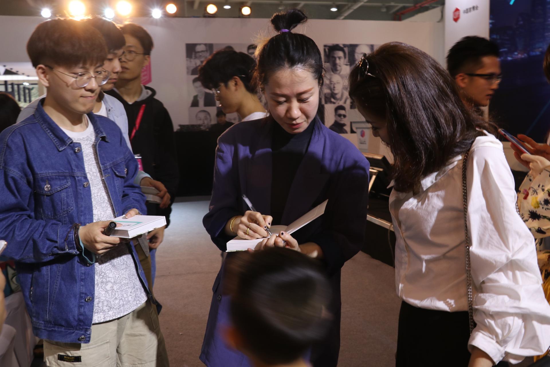 听完分享,不少粉丝拿着新书找倪倪老师签字。