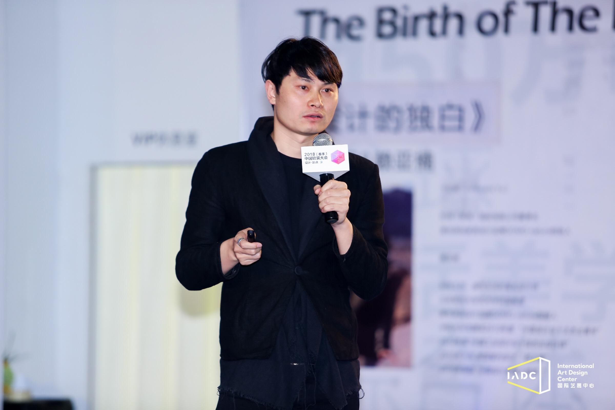 简末设计家具品牌创始人王鸿与张沙带来了《设计之灵 生活之源》的主题分享。