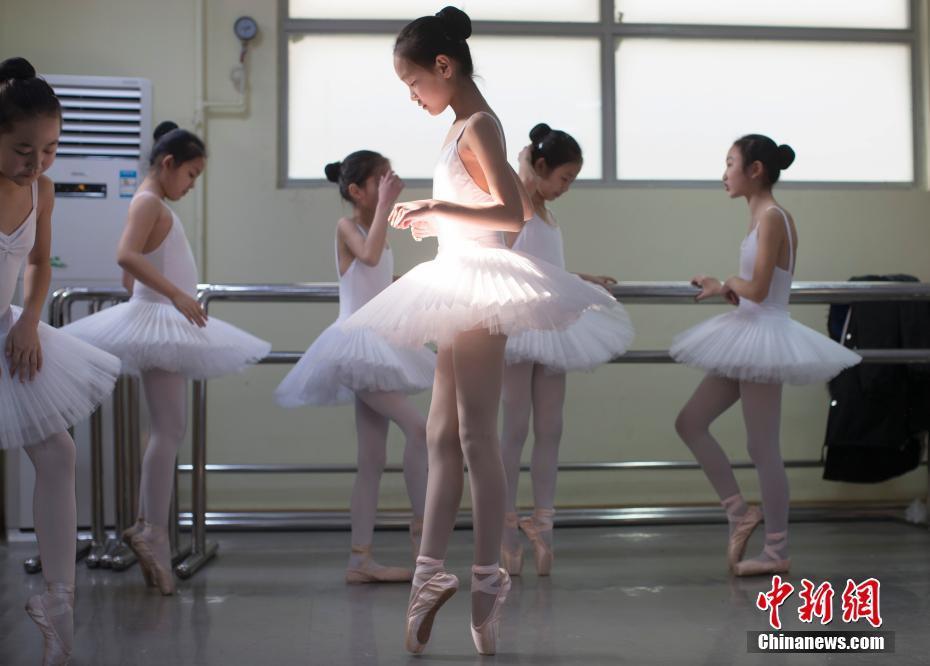 芭蕾舞班的孩子们在舞蹈教室练习芭蕾舞