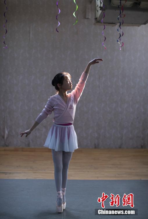 芭蕾舞班的女孩宋佳熠在舞蹈教室练习芭蕾