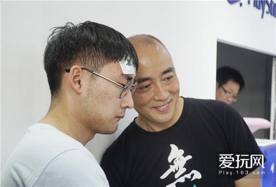 09在现场签售合影的索尼互娱中国总经理添田武人