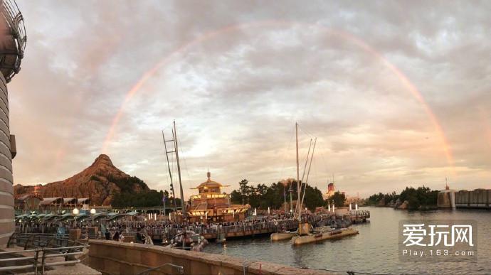 """东京迪士尼乐园里的火山,昨天刚好""""喷出""""一道彩虹...祝您红红火火欧气附体"""