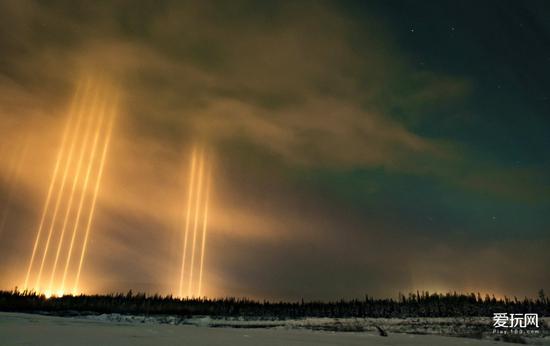 """9月11日,加拿大阿尔伯塔州北部出现了惊人的""""光柱"""