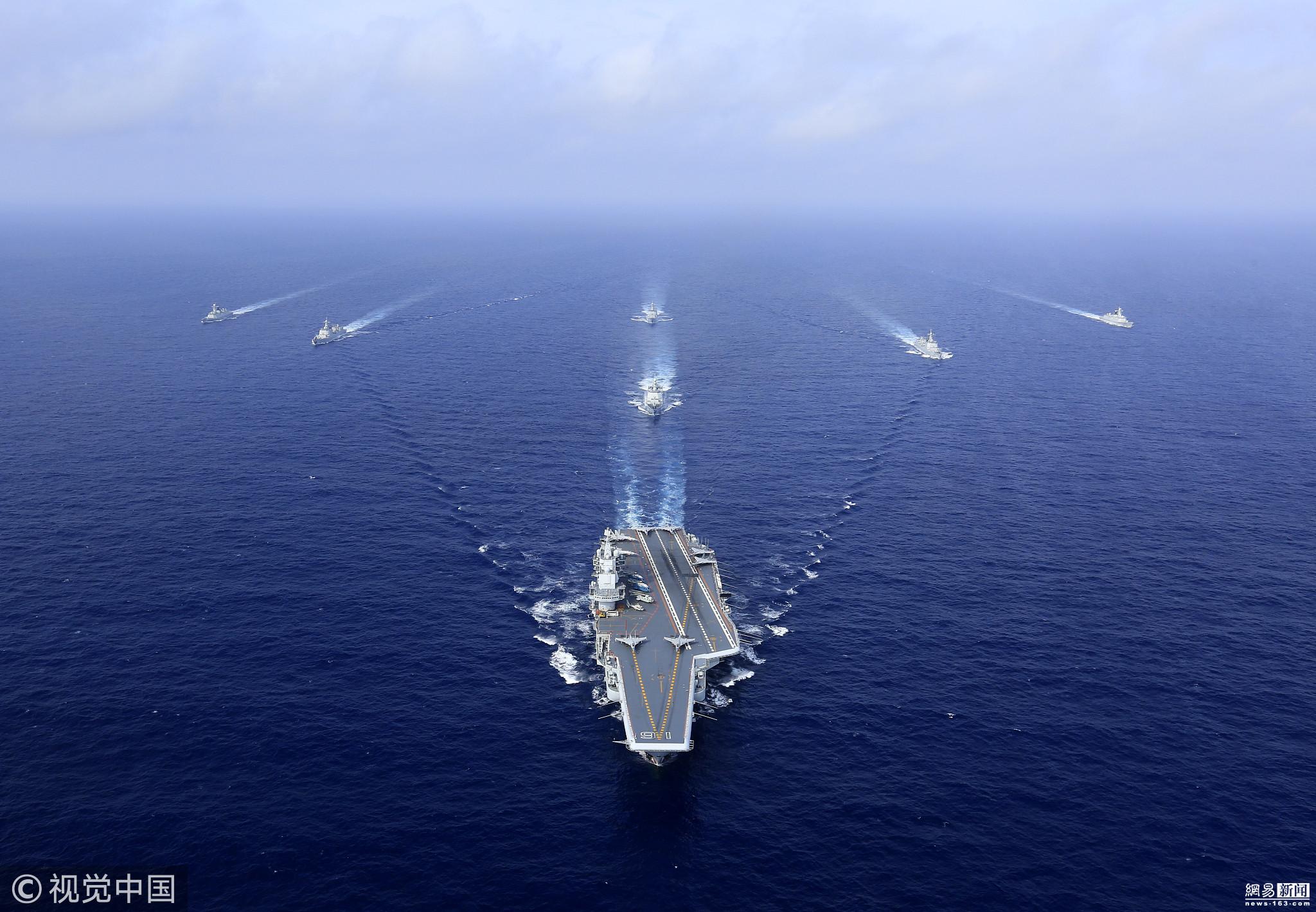 阅兵结束后编队迅即出航,出巴士海峡、奔西太平洋、过宫古海峡、进入东海。按照远近海衔接、大范围机动、全程对抗检验的思路,先后开展突破潜艇威胁区、远海制海制空作战和复杂海况下舰载战斗机起降、陌生海空域战术对抗等训练,并同步带动各战区海军水面舰艇、潜艇、航空兵和岸导部队参训,航行一路、对抗一路、提高一路,锻炼提升了编队体系作战能力。图为2018年4月15日,进行起飞前的异物排查。