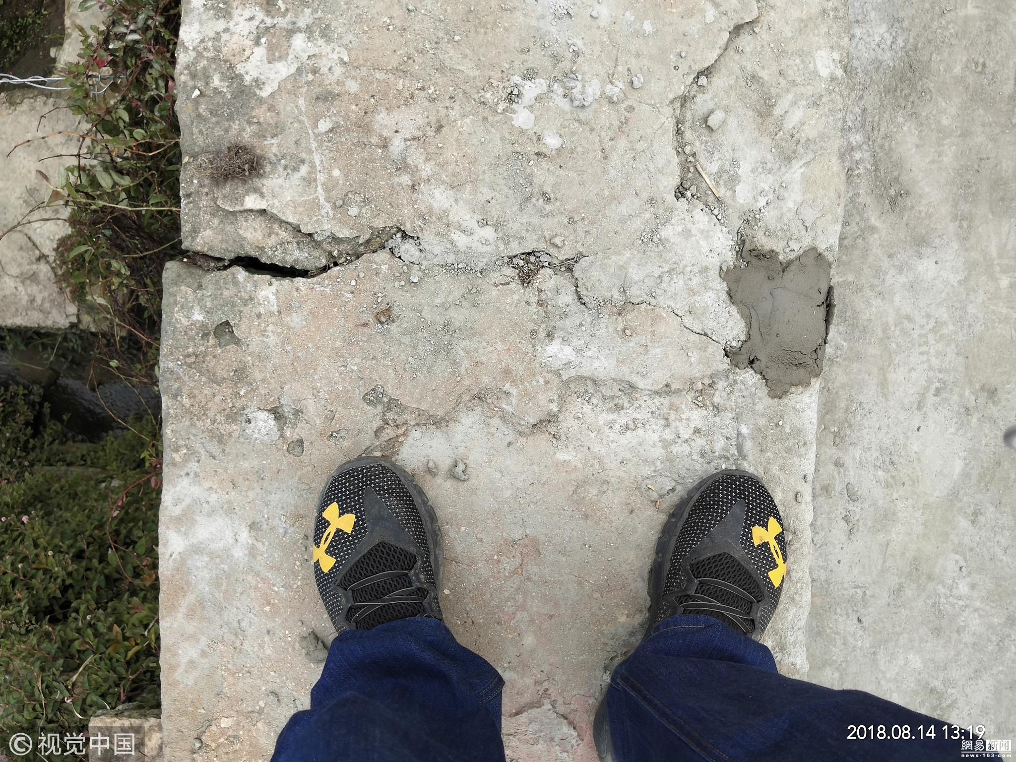 云南通海5级地震:输水沟变形 村民积极修补