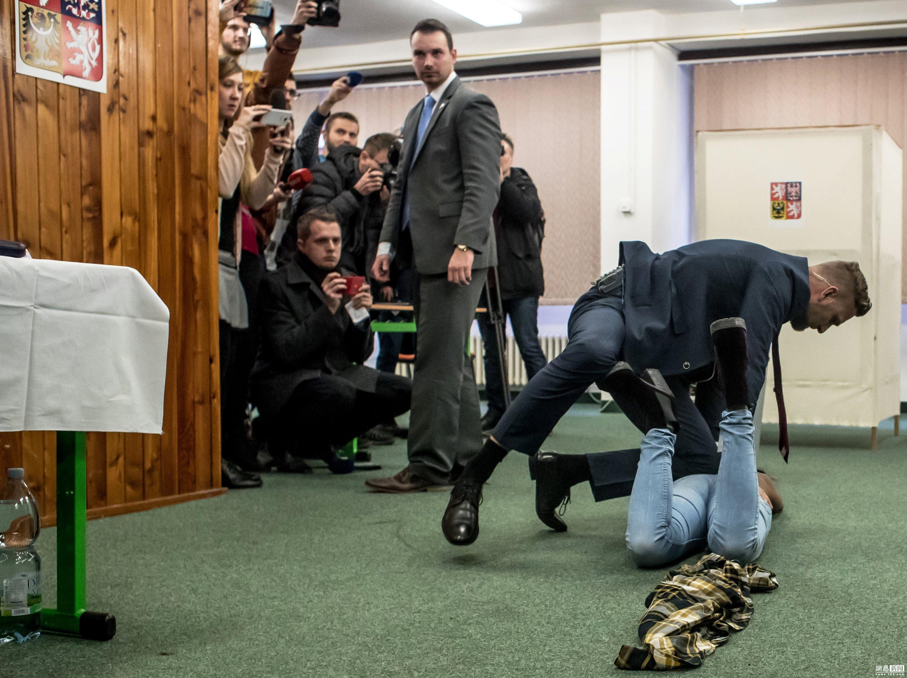 捷克总统参加大选首轮投票 遭半裸女子袭击