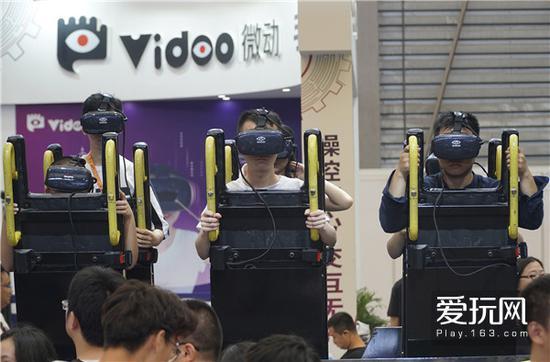 16这种VR设备将来应该更多是出现在游乐场中