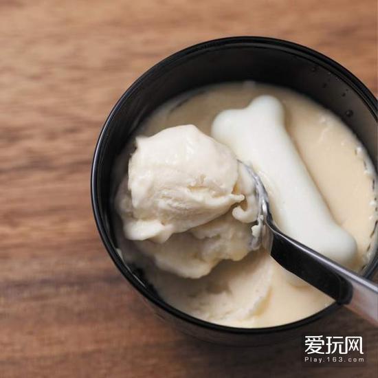 贫穷限制了我的想象力,还有这操作?20日本新推《豚骨布丁》豚骨高汤×布丁冲击到无法预测味道的合体:用拉面常见的豚骨高汤来制成布丁,去除了豚骨特有臭味的豚骨高汤加入鲜奶油和蛋黄制成带有少许咸味的的新甜品。用「冷冻」的豚骨布丁,据说吃起来像香草冰淇淋加了盐一般又咸又甜的感觉。
